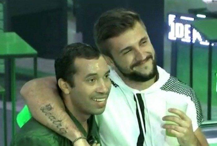 Internautas comentaram a relação entre Arthur e Gil durante a festa no BBB21