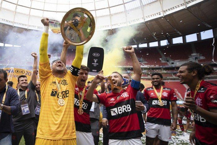Antes da festa pela conquista da Supercopa do Brasil, uma confusão no túnel do vestiário foi iniciada após a expulsão do auxiliar do Verdão, João Martins