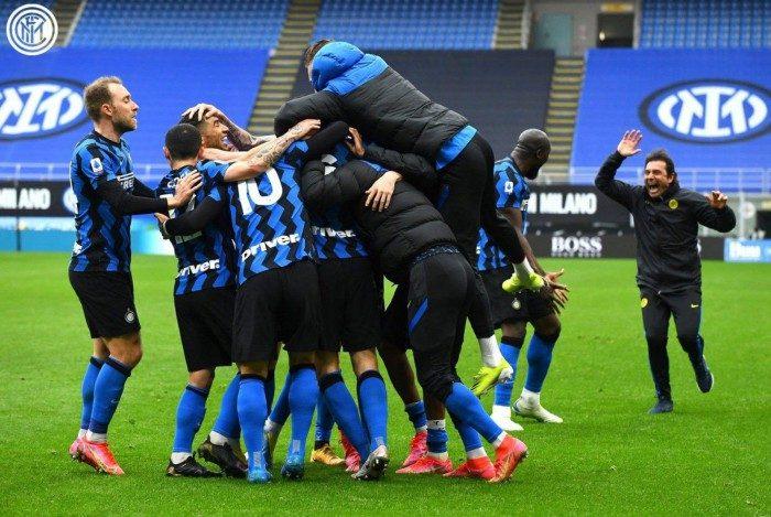 Jogadores da Inter de Milão celebram o gol da vitória sobre o Cagliari