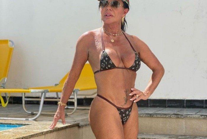 Gretchen posta foto aproveitando piscina dias após revelar procedimento cirúrgico de emergência
