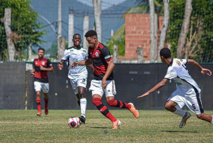 Artilheiro sub-16 do Flamengo, Ismael assina contrato de formação com o clube