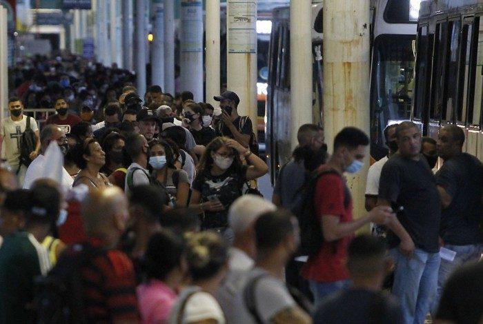 Aglomeração no transporte público. Na foto acima, o Terminal Alvorada