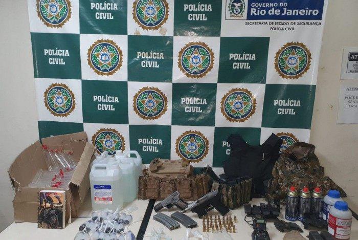 Armas, munições e drogas foram apreendidas durante a operação
