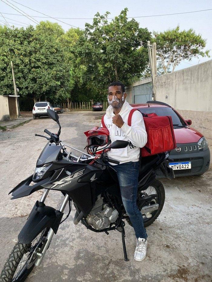 Boxeador Medalhista, Esquiva Falcão entrega pizzas para completar renda
