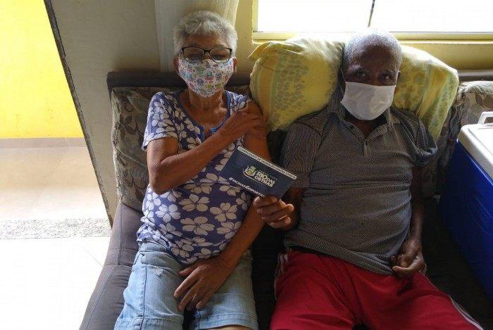 Equipes de Saúde vacinam idosos acamados em domicílio