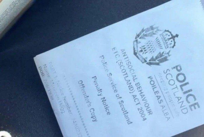 Escocesa, de 82 anos, recebeu multa após participar de uma festa com sete pessoas