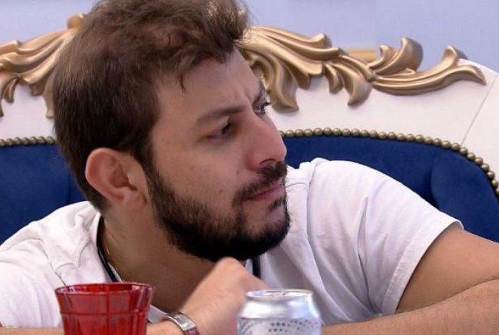 Caio e João Luiz conversaram sobre as atitudes de Juliette na casa, durante o almoço do líder