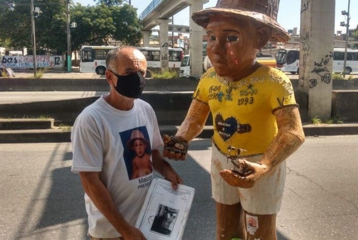 O pai da criança realizou uma manifestação nesta manhã, na Avenida Brasil, altura da passarela 26, em Realengo, na Zona Norte do Rio.