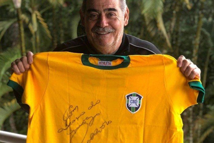 Ídolo do futebol brasileiro, Rivellino, de 75 anos, recebeu a primeira dose da vacina contra a covid-19, em Vinhedo, interior de São Paulo