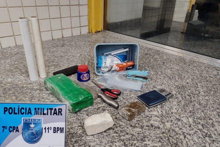 Drogas e material para endolação foram encontradas depois do suspeito ter jogado uma sacola pela janela do condomínio