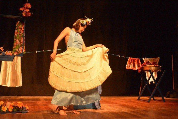 Cena da peça Anáguas de Morim: apresentação afetiva para Itaguaí no Youtube