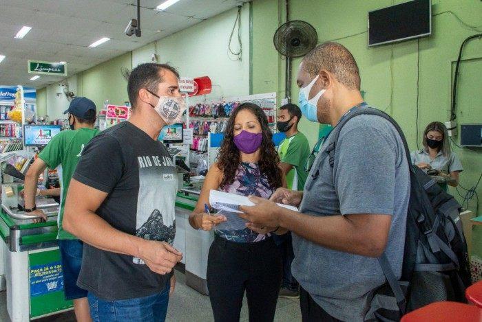 Ação de conscientização sobre a necessidade do uso de máscaras e evitarem aglomerações.