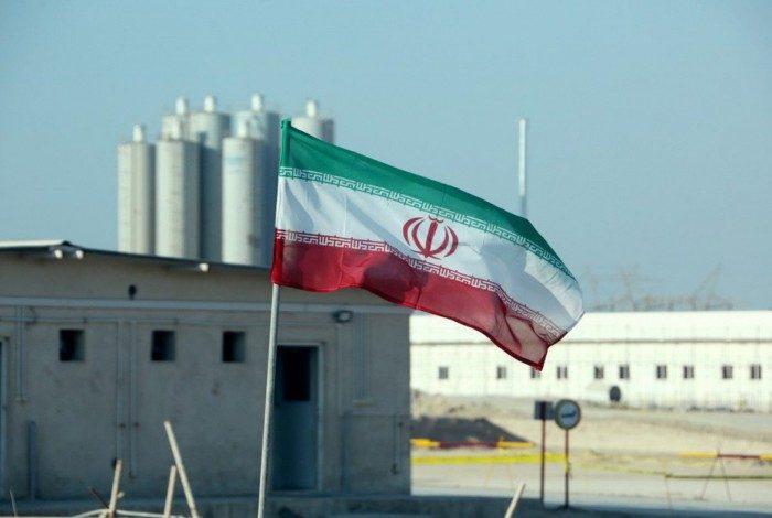 Imagem de arquivo, de 10 de novembro de 2019, mostra a bandeira iraniana na Central Nuclear de Bushehr