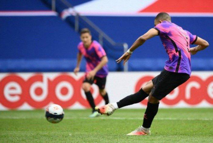 Mbappé marcou duas vezes