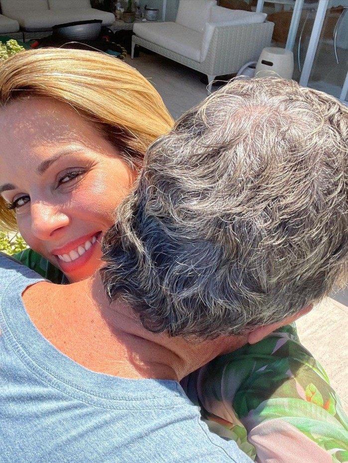Ana Furtado recebe abraço de Boninho