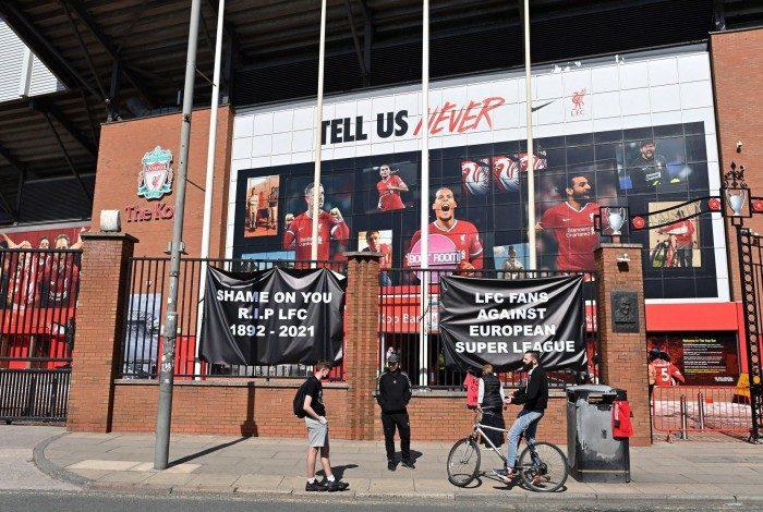 No estádio de Anfield, torcedores do Liverpool colocaram faixas em protesto à criação da Superliga da Europa