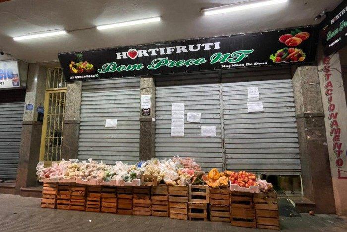Banca com frutas e legumes para doação montada por um hortifruti no centro de Nova Friburgo