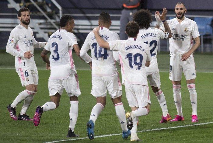 Em tarde inspirada, Benzema comandou a vitória sobre o Cadiz e chegou a 21 gols no Espanhol
