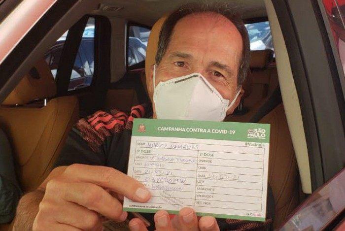 Muricy com o cartão de vacinação
