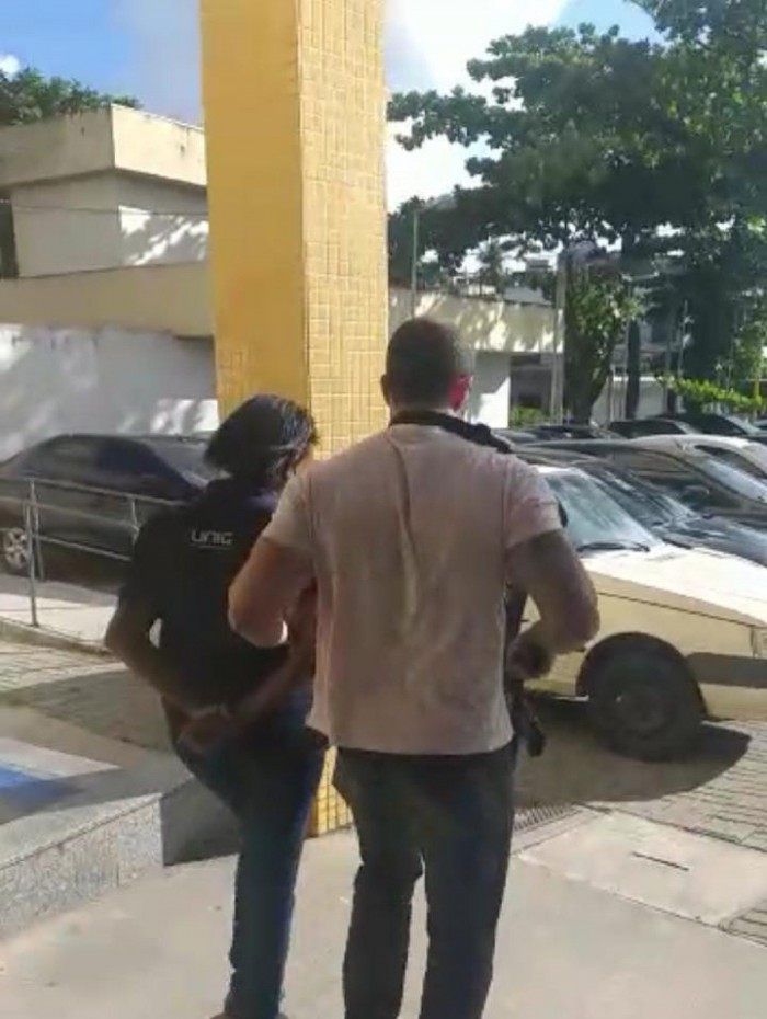 Policiais da DHBF prenderam mulher suspeita de participação em homicídio, em Nova Iguaçu