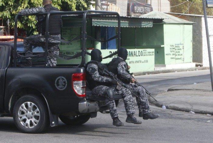 Policiais do Bope fazem buscas no Complexo do Alemão, na Zona Norte do Rio. Um cabo da PM foi baleado na cabeça