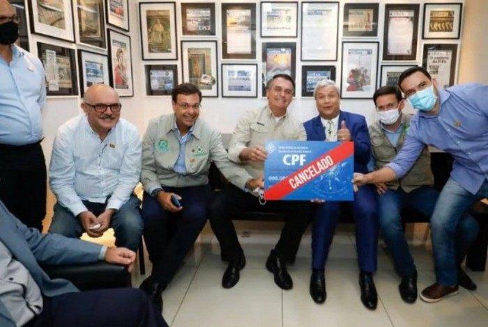 Bolsonaro posa com placa 'CPF cancelado' e é criticado por parlamentares