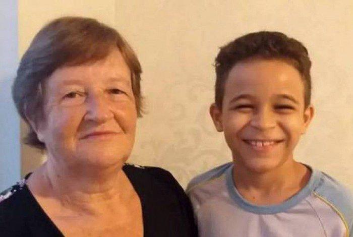 Avó aprende a ler com aulas online do neto de sete anos em Santa Catarina