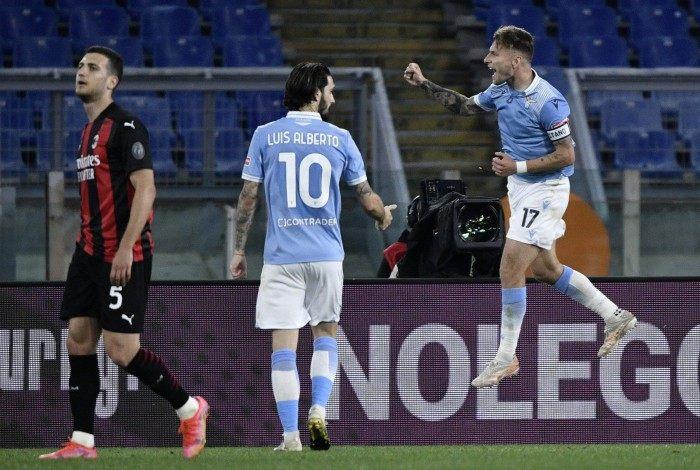 Immobile comemora o gol marcado na vitória sobre o Milan, no Estádio Olímpico de Roma