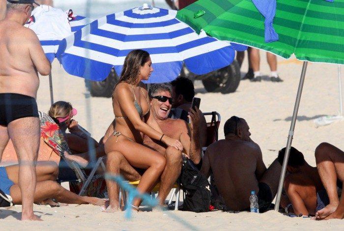 Carol Portaluppi e Renato Gaúcho curtem dia de praia em Ipanema, na Zona Sul do Rio, neste domingo