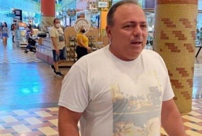Ex-ministro da Saúde, Eduardo Pazuello é flagrado sem máscara em shopping