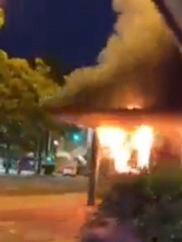Incêndio atinge cabine de ônibus em Vila Isabel