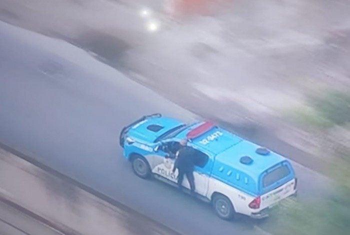 Policial é transportado do lado de fora da viatura durante socorro a feridos em confronto no Morro do Juramento, na Zona Norte do Rio