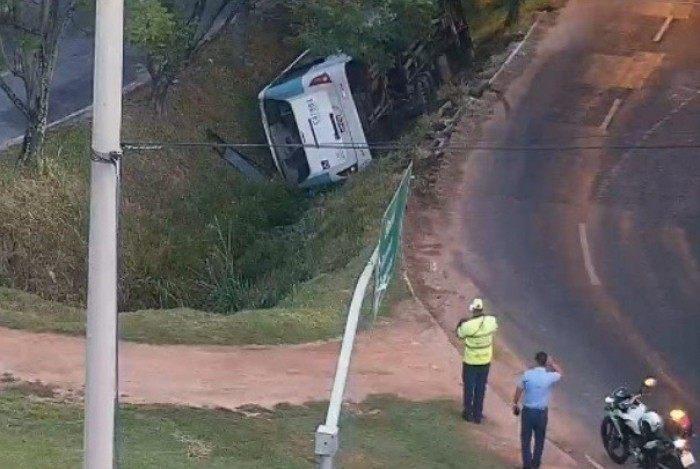 Ônibus tomba e cai dentro de canal na Barra da Tijuca