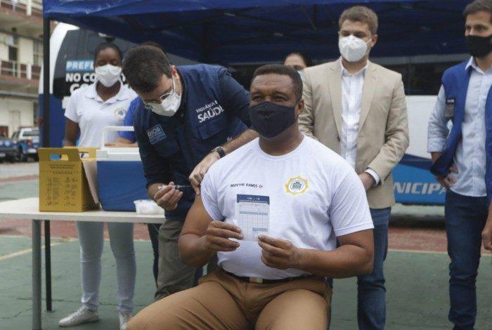 O guarda municipal Ailton Ramos de Souza recebeu na manhã desta terça (27) a primeira dose da vacina contra a covid-19 na sede da Guarda Municipal, em São Cristóvão, na Zona Norte do Rio