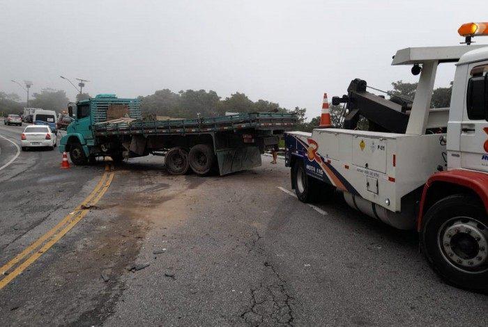 Caminhão e carro colidiram na Serra dos Três Picos