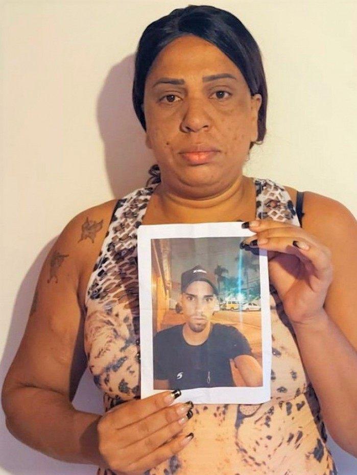 Há cerca de dois meses, a dona de casa Kely Lemos, de 38 anos, divide as responsabilidades domésticas com as buscas ao filho Fabrício, de 21 anos
