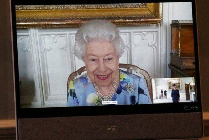 Rainha Elizabeth II aparece sorridente em compromisso