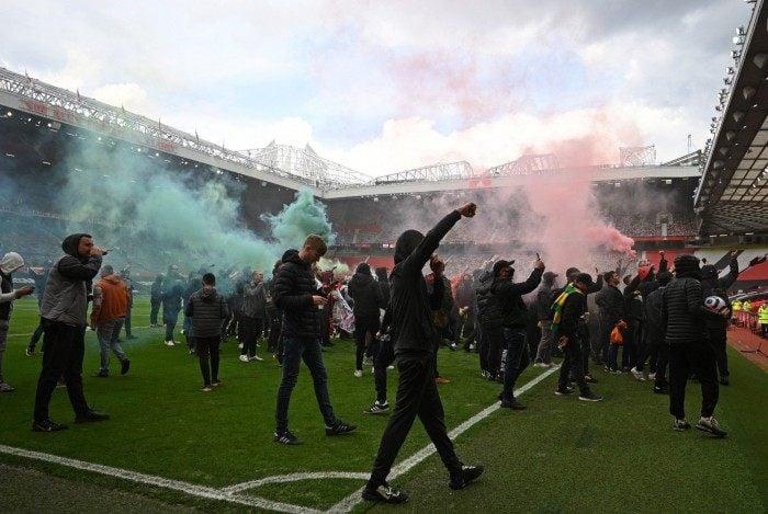 Torcedores do Manchester United invadem o Old Trafford