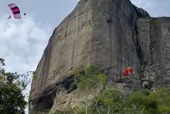 Dois homens se acidentam após saltar de base jump na Pedra da Gávea