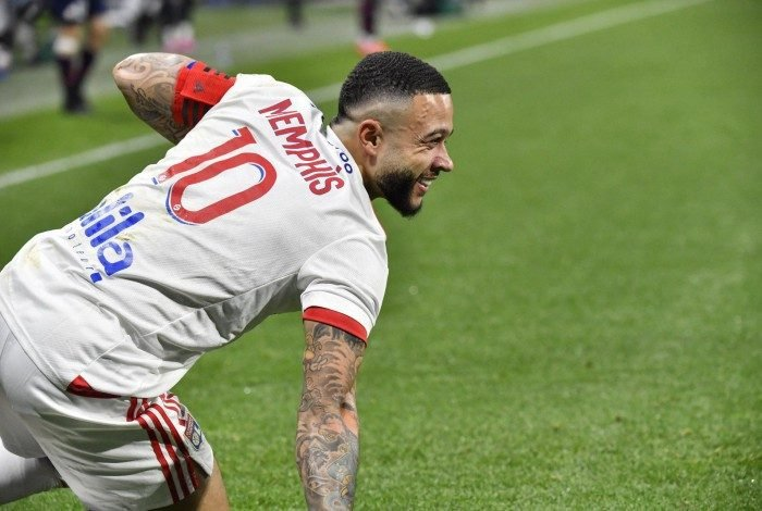 Lyon's Dutch forward Memphis Depay smiles during the French Ligue 1 football match between Olympique Lyonnais and LOSC Lille at the Groupama Stadium in Decines-Charpieu near Lyon, south-central France on April 25, 2021. (Photo by PHILIPPE DESMAZES / AFP)