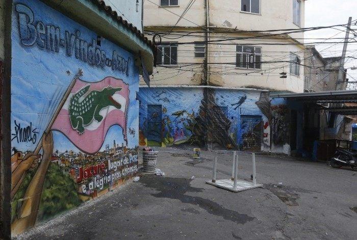 Imagem de rua interna na favela do Jacarezinho, na Zona Norte