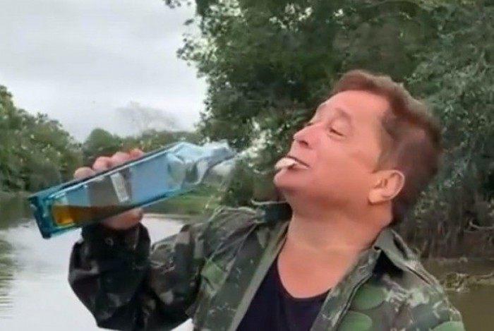 Leonardo come peixe vivo enquanto faz pescaria