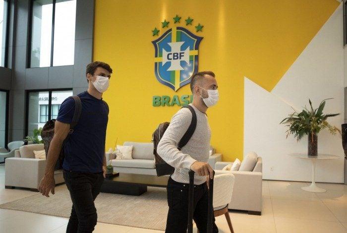 Rodrigo Caio e Everton Ribeiro se apresentam à Seleção na Granja Comary