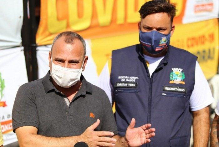 O prefeito Waguinho (E) destacou que o trabalho de reformulação na Saúde começou em 2017