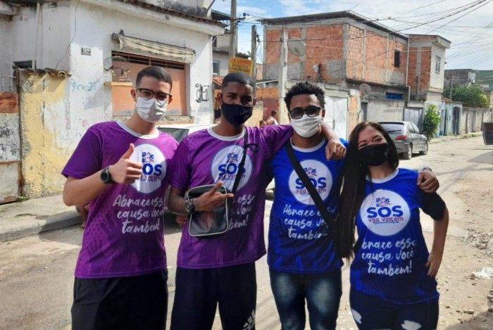Vinícius Maitan (E), Tiago Gomes, Davi Gomes e Juliana Brito - SOS Vila Vintém já atendeu 4 mil famílias da região e de bairros próximos