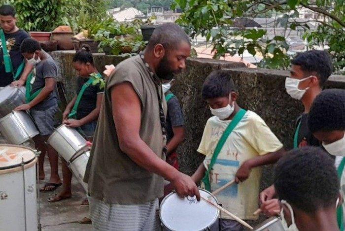 Bebeto Sorriso mora em São Gonçalo e dá aulas de música para as crianças