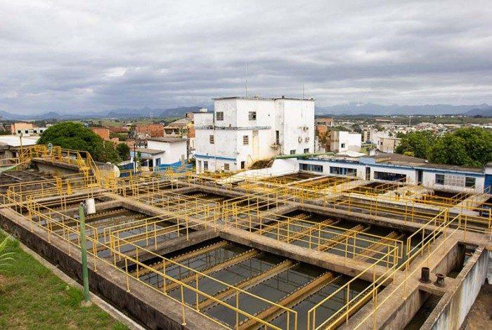Por orientação da Cedae, população deve economizar água nesta quinta-feira. Tratamento de água da Cedae no Morro de Santana.