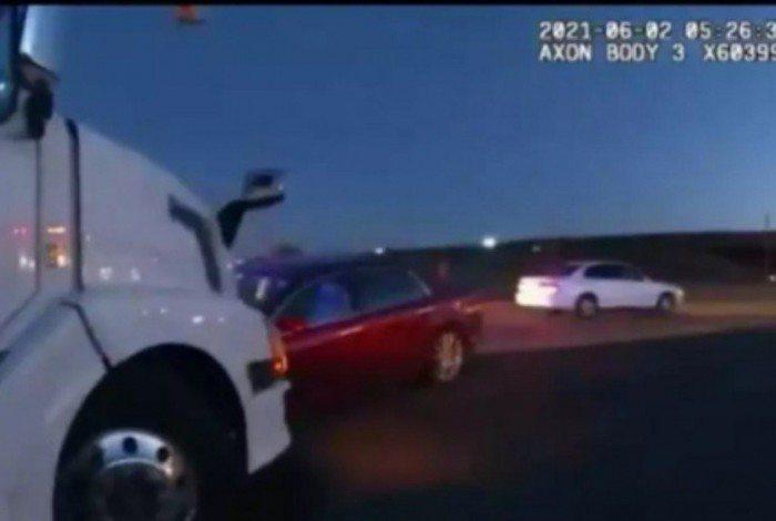 Menina de 9 anos que queria ir pra praia pegou a chave do carro dos pais e dirigiu até bater em um caminhão