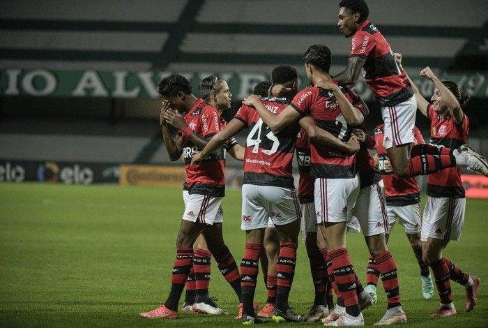 Jogadores festejam o gol de Rodrigo Muniz, que garantiu a vitória