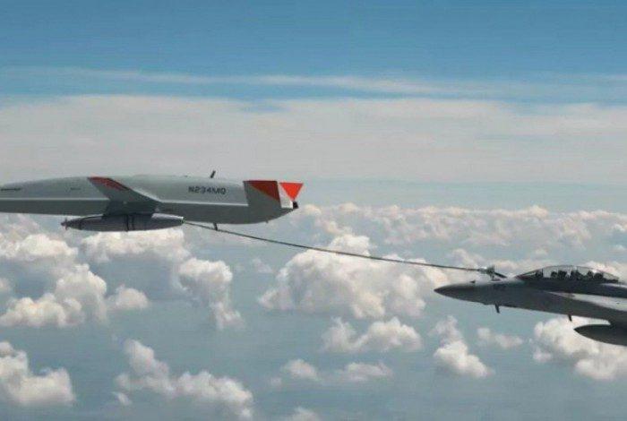 Caça Super Hornet F/A18 com a mangueira do drone acoplada para o reabastecimento
